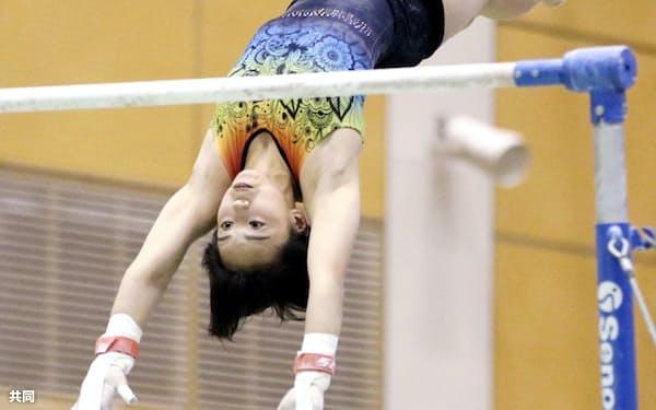 体操の強化合宿で段違い平行棒の練習をする村上茉愛(6日、東京都北区の味の素ナショナルトレーニングセンター)=共同