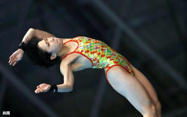 女子高飛び込み準決勝 1位で決勝に進出した荒井祭里(6日、東京辰巳国際水泳場)=共同