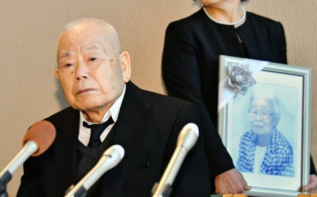 記者会見に臨む有本恵子さんの父の明弘さん(左)(6日、神戸市兵庫区)