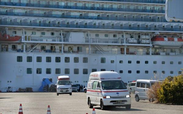 クルーズ船「ダイヤモンド・プリンセス」を離れる、新型コロナウイルスの感染者を乗せたとみられる救急車(6日、横浜市鶴見区)