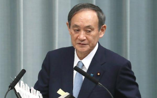 記者会見に臨む菅官房長官(7日午前、首相官邸)