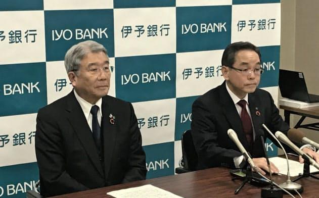 伊予銀頭取に昇格する三好専務(写真(右))