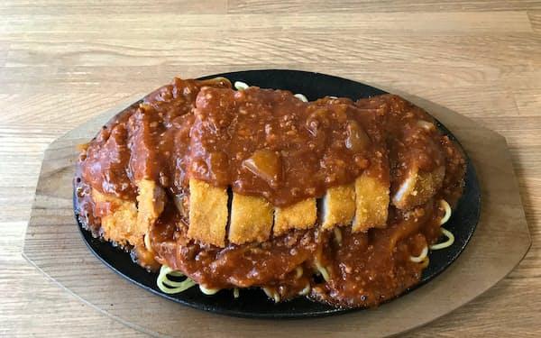 トンカツの上にかかったミートソースがスパゲティを覆い隠す(レストラン泉屋総本店)