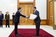 冨田駐韓大使(左)から信任状を受け取る文在寅大統領(7日、ソウル)=韓国大統領府提供