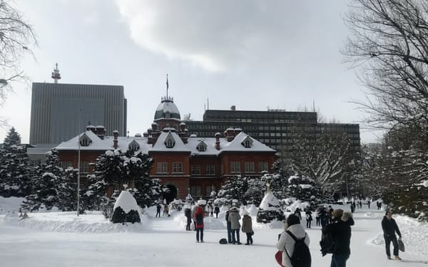 札幌市中心部を訪れる外国人は例年に比べると少ない(駅近くの道庁赤れんが庁舎)