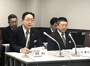 記者会見したJR北海道の(左)綿貫泰之常務