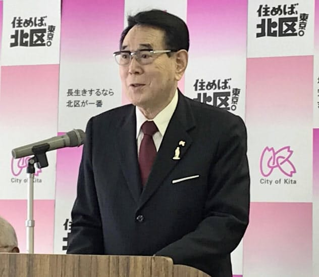 20年度予算案について説明する花川区長(7日、東京都北区)