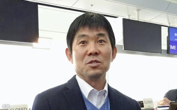 渡欧前に取材に応じるサッカー日本代表の森保監督(7日、羽田空港)=共同