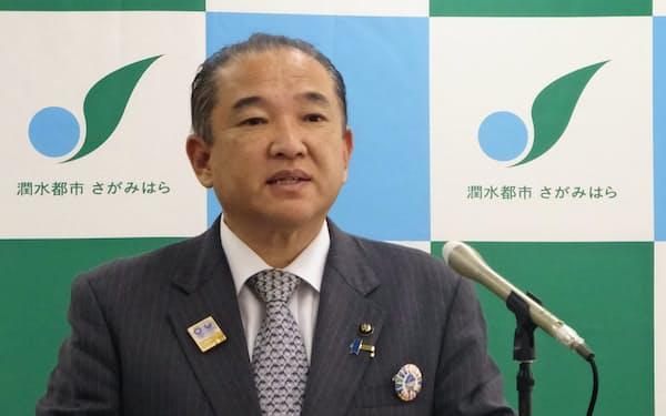 扶助費などがかさみ、過去最大となった20年度予算案を説明する本村市長(相模原市)