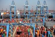 貿易統計の発表見送りは異例(青島港)=ロイター