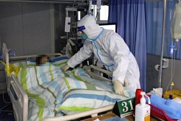 新型肺炎の感染拡大が消費に影響することが懸念されている(中国・武漢の病院、画像の一部を加工しています)=共同
