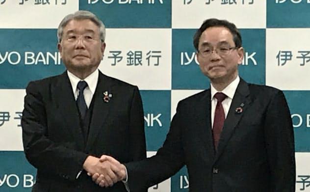 伊予銀行の次期頭取に決まった三好賢治専務(右)と大塚岩男頭取(7日、松山市)