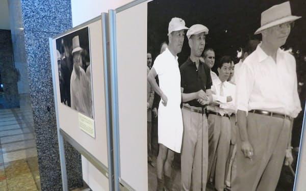 岸氏とアイゼンハワー氏のゴルフの写真