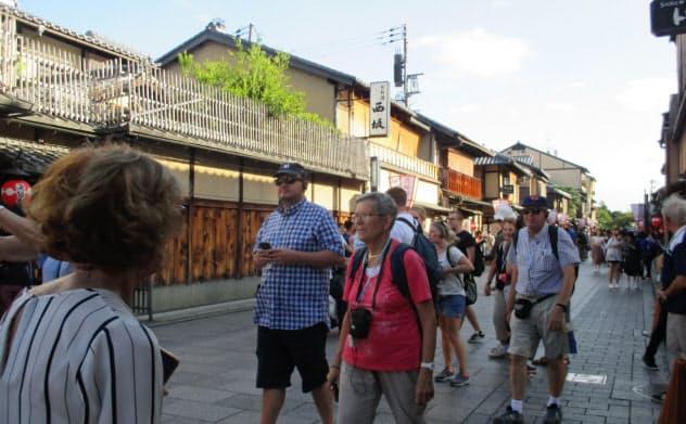 京都では祇園や清水寺など一部観光地への観光客の集中が問題視されている(京都市東山区)
