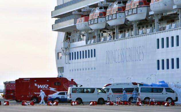 横浜港に着岸したクルーズ船「ダイヤモンド・プリンセス」の前に並ぶ救急車両(6日、横浜市鶴見区)