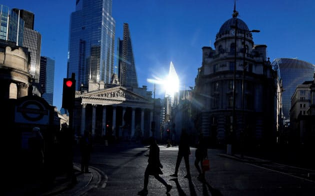 英国では多様なチャレンジャーバンクが台頭している(ロンドンの金融街)=ロイター