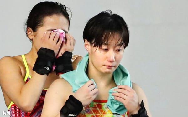 女子高飛び込み決勝で最終演技を終えた板橋美波。3位に終わり、個人種目での東京五輪出場は絶望的となった。左は2位の安田舞(8日、東京辰巳国際水泳場)=共同