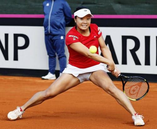 日本―スペイン最終日 シングルス第1試合でカルラ・スアレスナバロと対戦する奈良くるみ(8日、ムルシア)=共同