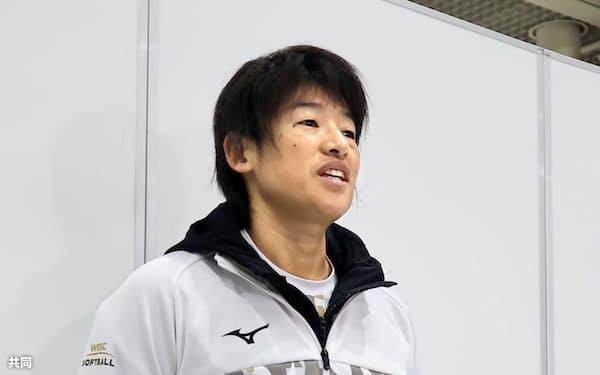 グアムへ出発前に取材に応じるソフトボールの上野由岐子(9日、成田空港)=共同