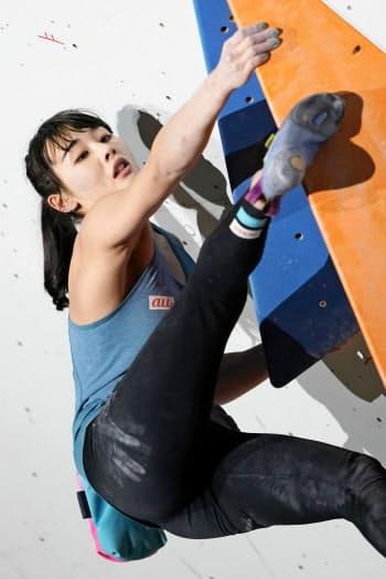 女子決勝で第4課題に挑む伊藤ふたば。2度目の優勝を果たした(9日、駒沢屋内球技場)=共同