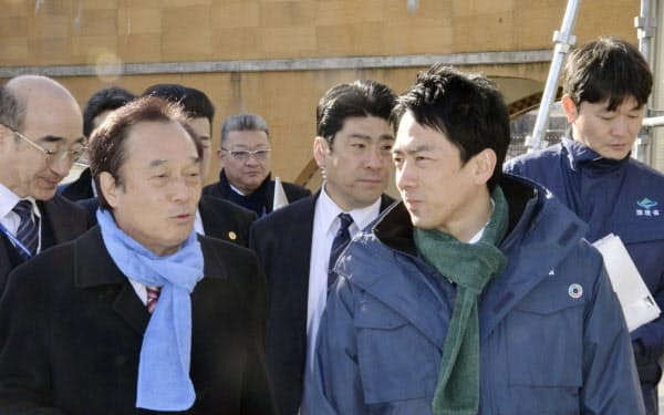 JR常磐線双葉駅周辺を視察し、福島県双葉町の伊沢史朗町長(手前左)から説明を受ける小泉環境相(9日午後)=共同
