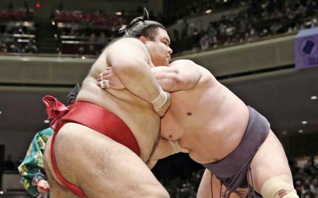 決勝で妙義龍(右)を押し出しで破り優勝した高安(9日、両国国技館)=共同