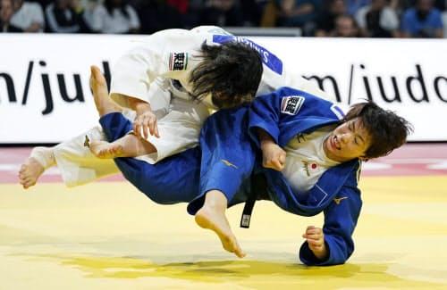 女子70キロ級決勝 新添左季(左)を破り優勝した大野陽子(9日、パリ)=共同