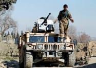 米兵銃撃事件を受け警戒に当たるアフガン国軍兵(9日)=ロイター