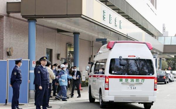 中国・武漢から帰国した邦人を乗せて荏原病院に到着した救急車(1月29日、東京都大田区)