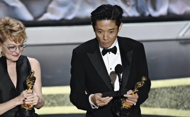 アカデミー賞のメーキャップ&ヘアスタイリング賞を受賞したカズ・ヒロさん(右)=AP