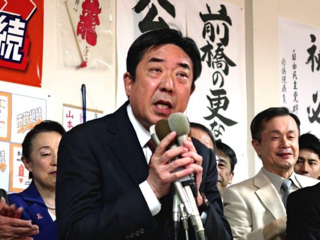 前橋市長選で山本龍氏(中央)は3選を果たした(9日、前橋市)