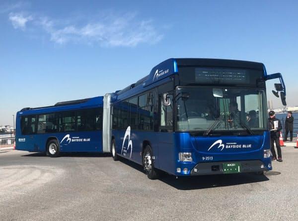 横浜市が導入する国産連節バス「ベイサイドブルー」。車長はおよそ18メートルある(横浜市内)