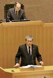 佐賀県玄海町の臨時町議会で説明する脇山伸太郎町長(下、10日午前、玄海町)=共同