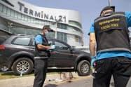 男が立てこもっていた商業施設前で、捜査にあたる当局者(9日、タイ東北部ナコンラチャシマ県)=AP