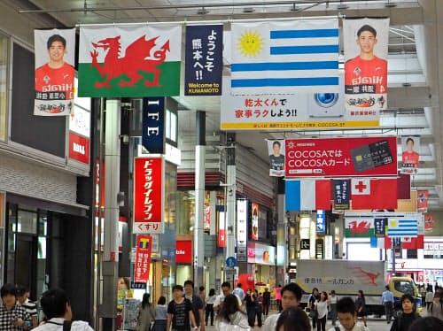 ラグビーW杯を盛り上げようと飾り付けられた熊本市の下通商店街(2019年9月)