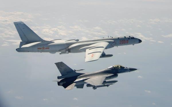 台湾海峡で演習する中国軍機(10日、台湾の国防部提供)