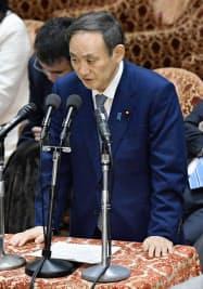 衆院予算委で答弁する菅官房長官(10日午後)=共同