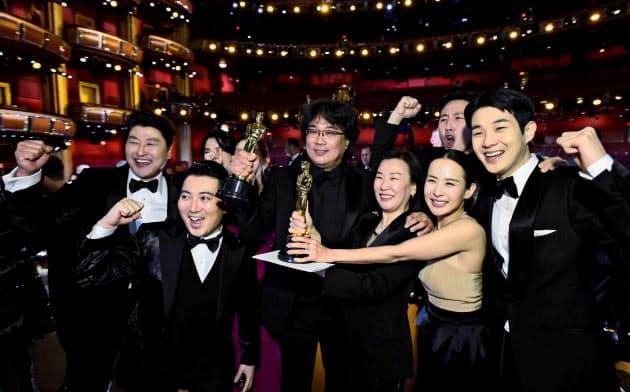 受賞を喜ぶポン・ジュノ監督(中央)と出演者たち=ロイター