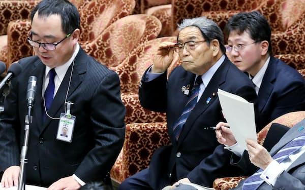 10日、衆院予算委で政府参考人の答弁を聞く北村地方創生相(右)