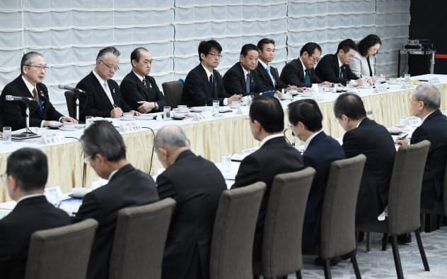 春季労使交渉に向けた会談であいさつする連合の神津会長(後列左端)と経団連の中西会長(前列右端)=1月28日午前、東京・大手町