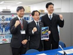 eスポーツチームの設立を発表するJ2水戸の沼田邦郎社長(中)ら(10日、水戸市の茨城県庁)