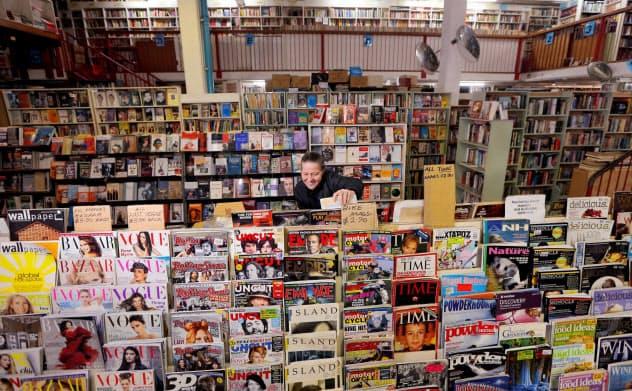 シドニーの書店で本を整理する女性=ロイター