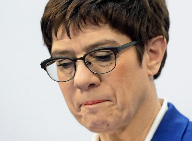 次期首相になることを断念したクランプカレンバウアーCDU党首=AP