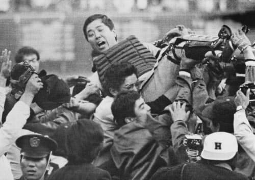 1973年10月、南海がリーグ優勝し、選手やファンに胴上げされる野村克也監督(西宮球場)=共同