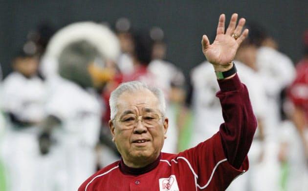 2009年10月、クライマックスシリーズ敗退で最後の指揮となり、スタンドに手を振る楽天・野村克也監督(札幌ドーム)=共同