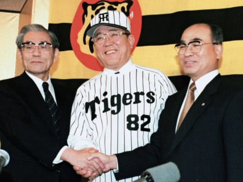 1998年10月、阪神の監督就任会見で握手する野村克也さん。左は久万俊二郎オーナー、右は高田順弘球団社長(大阪市内のホテル)=共同