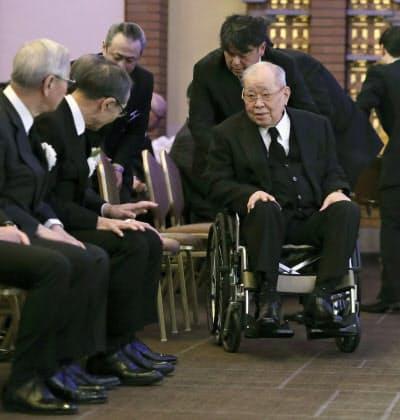 金田正一さんのお別れの会に参列し、王貞治さん(左から2人目)にあいさつする野村克也さん(1月)=共同