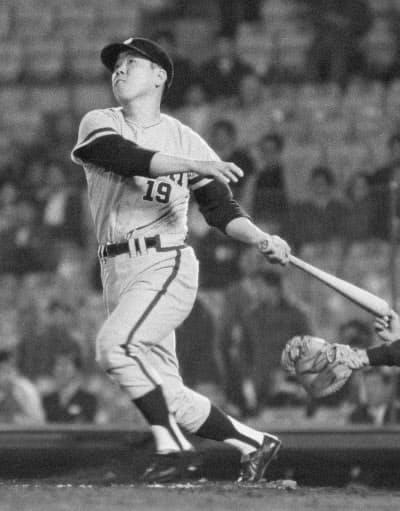 1970年4月、通算450本塁打を放つ南海・野村克也選手(後楽園球場)=共同