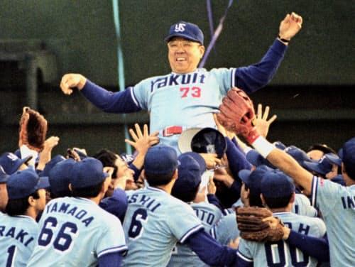 1993年11月、ヤクルトがプロ野球日本一になり、ナインに胴上げされる野村克也監督(西武球場)=共同