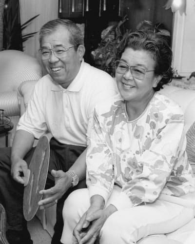 インタビューに答える野村克也さんと妻沙知代さん(1993年6月)=共同